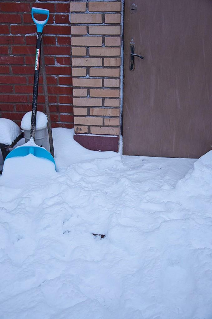 Входную дверь завалило снегом