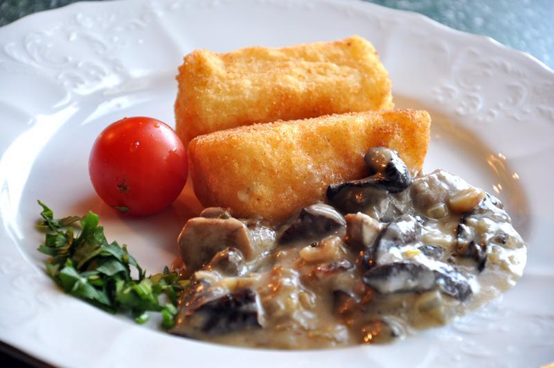 Картофельные крокеты с грибной подливкой