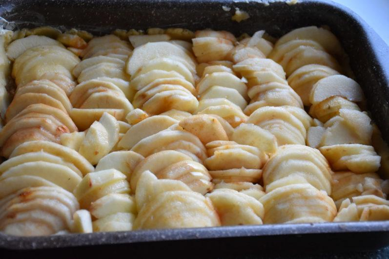 Пирог с яблоками и грецкими орехами