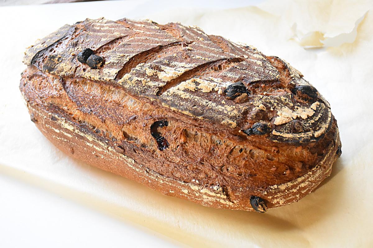 Хлеб с изюмом и грецким орехом.