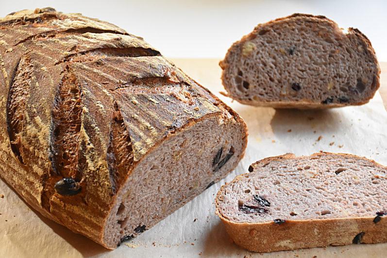 Хлеб с изюмом и грецким орехом