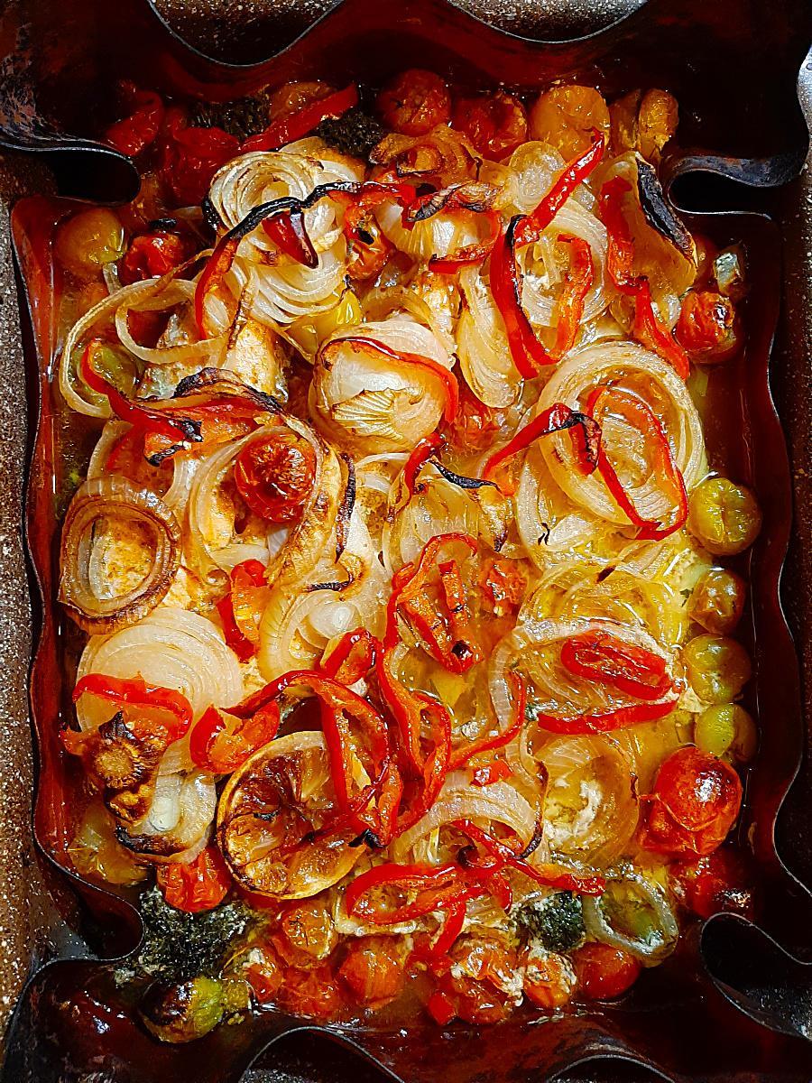 Треска с овощами в духовке