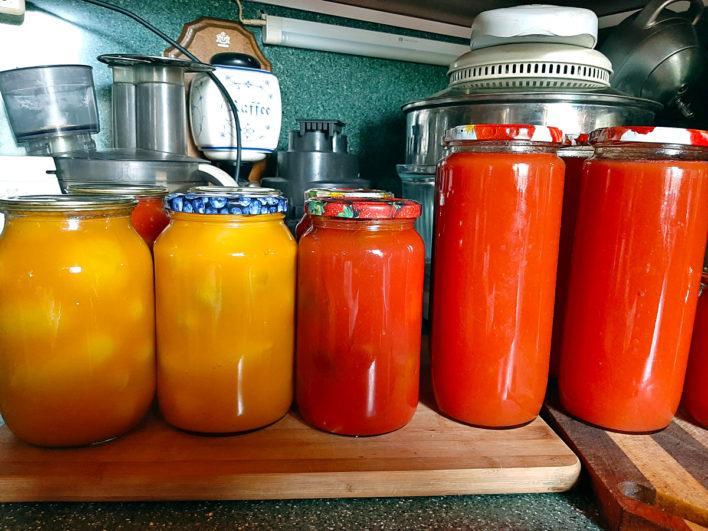 Желтые слики в соке из оранжевых помидоров